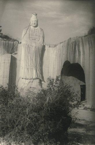 平和観音(平和観音の右のトンネルらしきものは、大谷寺への参道)