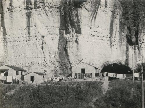 御止山、大谷石造りの民家