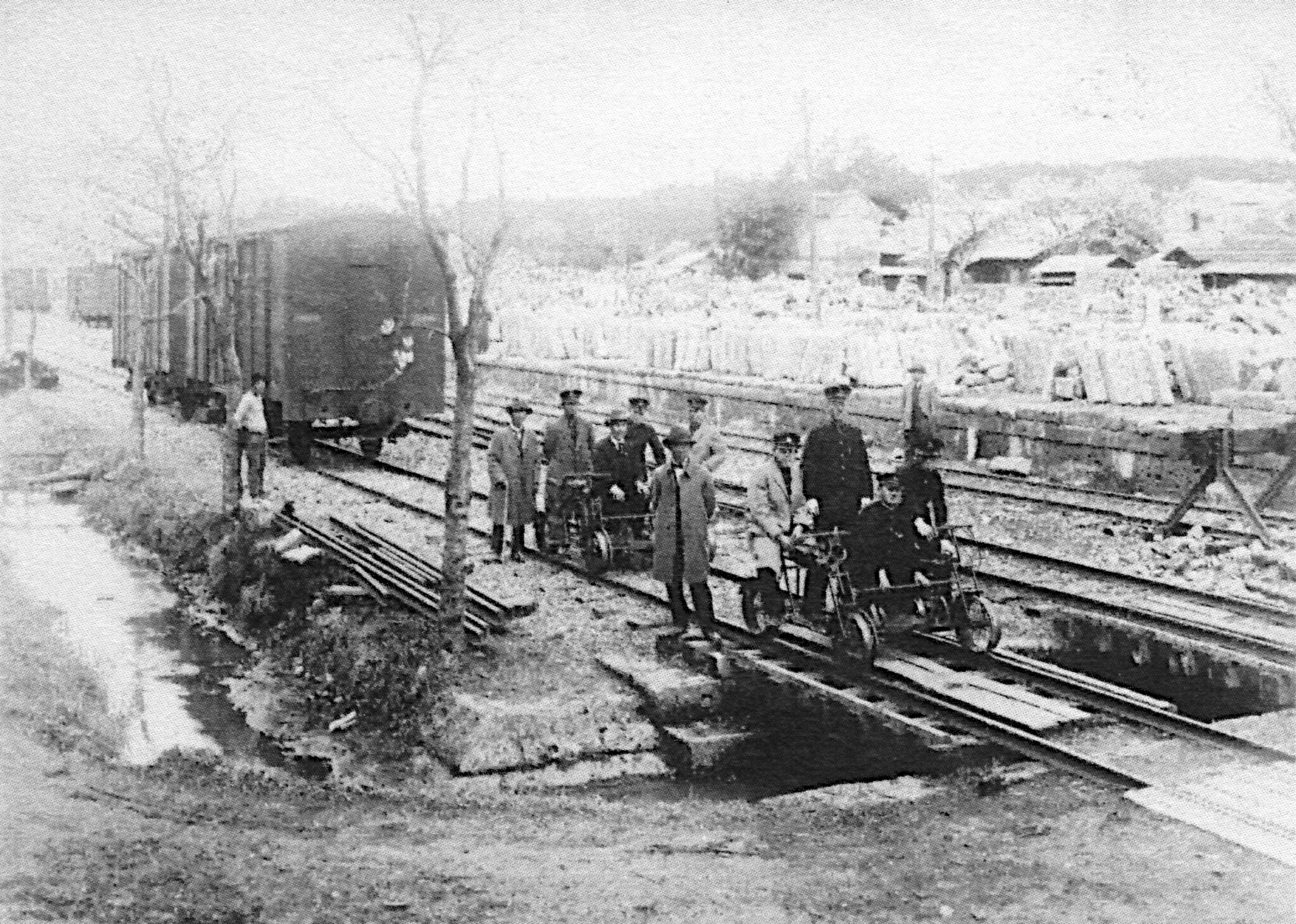 昭和初期の荒針駅と保線用軌道自転車