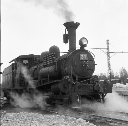 Tobu Railway number 37 steam locomotive was made in England and imported by Nippon Railway. It was used on Tohoku Line amongst other lines and transferred to Tobu Railway in 1922. It pulled freight cars on Oya Line until 1962.