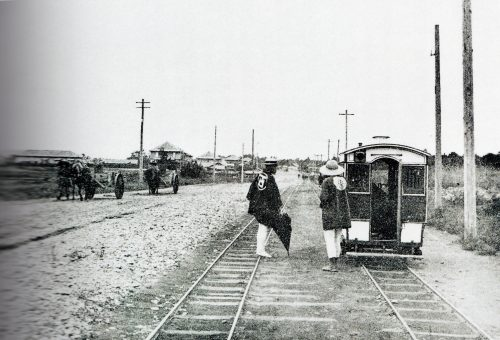 The Oya Highway in the late 1800s early 1900s. Passenger car pushed by men near Ichinosawa. (Transport corps of the former Japanese army and Sakushin Gakuin can be seen)
